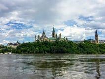 Een verbazende die mening van het parlementsheuvel door groen bos wordt omringd en chateau meer laurier vanuit het perspectief va stock foto