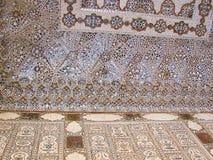 Een Verfraaid Muur en een Plafond in Spiegelpaleis, Amer Palace, Jaipur, Rajasthan, India stock afbeeldingen