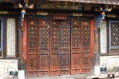 Een verfraaide deur in het historische centrum van het dorp van Tuanshan Yunnan, China stock fotografie