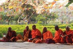 Een vergadering van monniken bij de heilige boom in Lumbini - de geboorteplaats van Lord Buddha stock foto