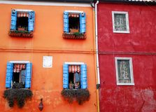 Een vergelijking van twee huizen op het gebied Italië van Burano Venetië Royalty-vrije Stock Fotografie