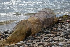 Een vergeten visnet op het strand stock foto's