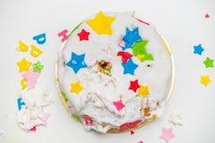 Een verjaardagscake voor een klein kind dat het brak Royalty-vrije Stock Afbeeldingen