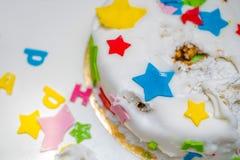 Een verjaardagscake voor een klein kind dat het brak Stock Foto's
