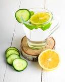 Een verjongende drank, een cocktail, thee, water met citroen, inbet, Stock Afbeelding
