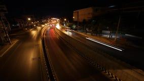 Een verkeer op de weg met onderdoorgang bij nachtvideo timelapse stock video
