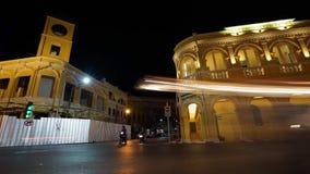 Een verkeer op kruising bij nachtvideo timelapse stock footage