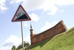 Een verkeersteken en toren van het Kremlin in Kolomna, Rusland Stock Fotografie