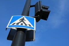 Een een verkeersteken voetgangersoversteekplaats en verkeerslicht op een zonnige dag stock foto