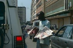 Een verkoper die in een straat in Angola verkoopt. Stock Fotografie