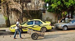 Een verkoper gaat over zijn zaken rond de havenstad van Lagos stock afbeeldingen