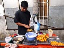 Een verkoper van het straatvoedsel kookt kwartelseieren stock foto's