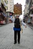 Een verkoper verkoopt simit, een type van Turks brood, in de straten van Royalty-vrije Stock Afbeelding