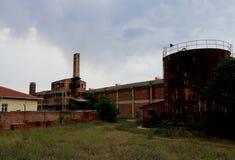 Een verlaten Baksteeninstallatie met schoorsteen stock foto's