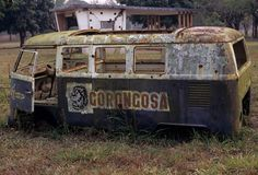 Een verlaten bestelwagen in het Nationale park Gorongosa Royalty-vrije Stock Afbeeldingen