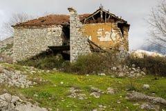 Een verlaten huis in de bergen De migratie van de mensen en het verlaten van hun huizen in het onderzoek naar het beter leven royalty-vrije stock afbeelding