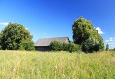 Een verlaten huis op het gebied Stock Afbeelding