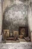 Een verlaten kerk en een altaar met kleine pictogrammen en verlaten geld een Christelijke kerk en bewaarde pictogrammen Geloof in Royalty-vrije Stock Afbeelding