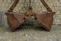 Een verlaten oude dubbele emmer van een graafwerktuig bij de zeepost in Varna royalty-vrije stock afbeeldingen