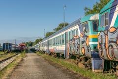 Een verlaten oude sovjet gebouwde trein stock afbeelding