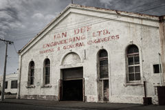 Een verlaten pakhuis in het dorp van Bluff in Nieuw Zeeland Stock Foto's