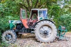 Een verlaten roestige en camouflage uitstekende tractor royalty-vrije stock foto
