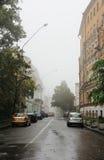 Een verlaten stadsstraat in mistig weer Royalty-vrije Stock Afbeelding