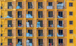 Een verlaten vlak gebouw in Malaga, die matrassen, lijsten en stoelen bevatten Stock Foto's