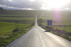 Een verlaten weg in Apulia Stock Foto's
