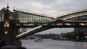 Een verlichte voetbrug stock footage