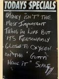 Een vermakelijk Teken die de waarde van geld afschilderen was met zuurstof in het leven vergelijkbaar Royalty-vrije Stock Foto