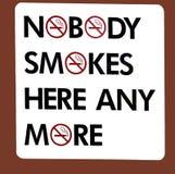 Een vermakelijk teken illustreren die dat niemand hier meer rookt Stock Foto's