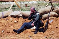 Een vermoeide militair-reenactor rust op het zand Royalty-vrije Stock Foto's