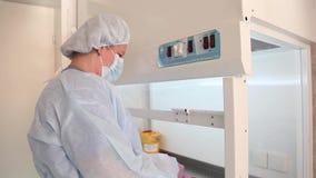 Een verpleegster bereidt een oplossing voor chemotherapie voor stock video
