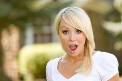 Een verraste Jonge Vrouw van de Blonde Stock Foto's