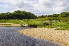 Een verre houten voetgangersbrug aan het eind van het ruiterpad van de Haaksteeg dichtbij Titchfield Gemeenschappelijk Engeland royalty-vrije stock afbeeldingen