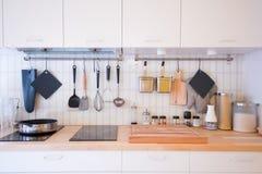 Een verscheidenheid van bestek in de keuken stock afbeelding