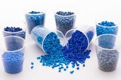 Een verscheidenheid van blauw plastiek korrelt royalty-vrije stock fotografie
