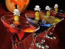 Een verscheidenheid van dranken in een glas met olijven Royalty-vrije Stock Foto's
