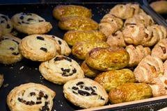 Een verscheidenheid van gebakken goederen Broodjes van bladerdeeg met rozijnen, ca royalty-vrije stock afbeeldingen