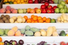 Een verscheidenheid van gezond vers exotisch fruit bij de markt stock foto's