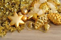 Een verscheidenheid van gouden die decoratie van de Kerstmisboom met gouden klatergoud worden getoond Royalty-vrije Stock Foto's
