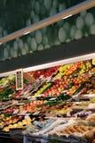 Een verscheidenheid van groenten bij een kruidenierswinkelopslag royalty-vrije stock afbeelding