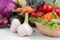 Een verscheidenheid van groenten met inbegrip van van de koolbieten van de tomatenpeper de courgette en de wortel verlaat knofloo royalty-vrije stock foto