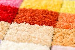 Een verscheidenheid van kleurrijke tapijtmonsters Stock Foto