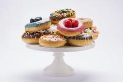 Een verscheidenheid van kleurrijke verse die donuts op wit wordt geïsoleerd Royalty-vrije Stock Fotografie