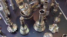 Een verscheidenheid van toestellen, splined schachten en andere metaalproducten stock videobeelden
