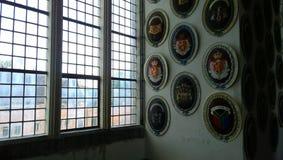Een verscheidenheid van wapenschilden op de muur bij het kasteel van Frederiksborg royalty-vrije stock foto