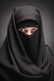 Een versluierde vrouw Stock Foto's