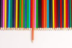 Een vertoning van kleurpotloden Stock Foto's